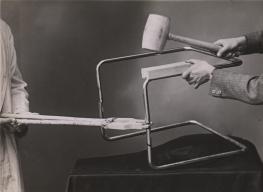 Photographie issue d'un manuel d'utilisation des outils, Thonet Frères, 1935 Collection Alexander von Vegesack, Domaine de Boisbuchet (photographe inconnu) mudac