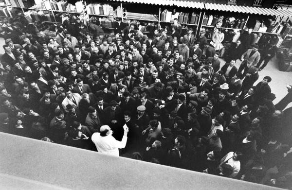 Gare de Brigue, 1966 A l'issue de la visite médicale les passeports, prélevés par les douaniers entre Domodossola et Brigue, sont rendus aux ouvriers saisonniers. © Claude Huber Collection Musée Historique Lausanne