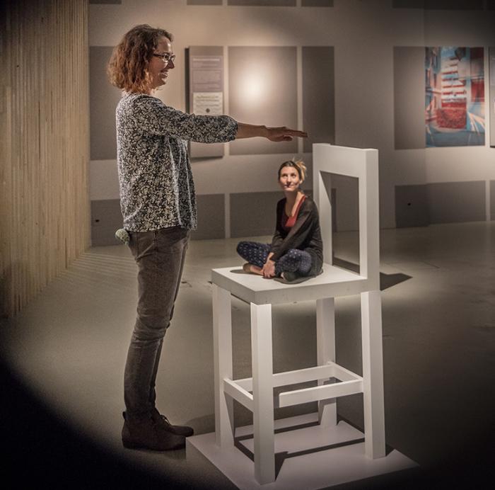 """Dans la tête. Une exploration de la conscience """"La chaise réductrice"""" En collaboration avec le Laboratoire de psychophysique de l'EPFL. Musée de la main UNIL-CHUV / Anne-Laure Lechat"""