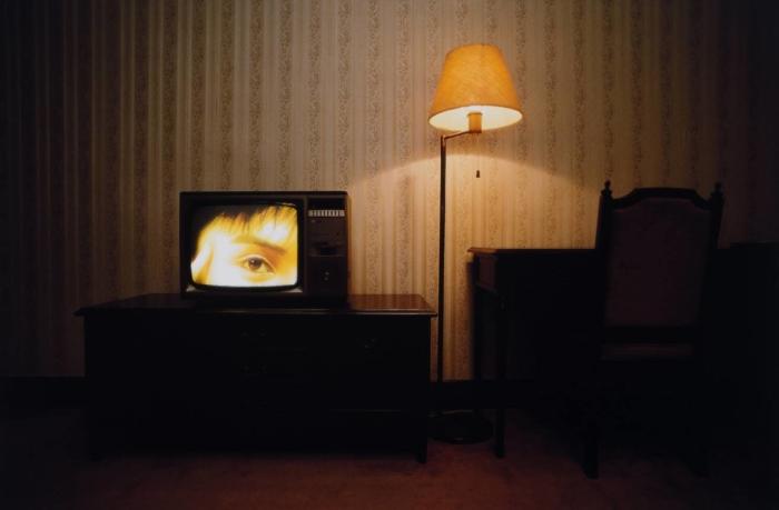 René Burri, Les procès des manifestants de la place Tian'anmen vus à la télévision dans une chambre à l'hôtel de la Paix, Shanghai, Chine, 1989 © René Burri / Magnum Photos. Fondation René Burri, Courtesy Musée de l'Elysée, Lausanne