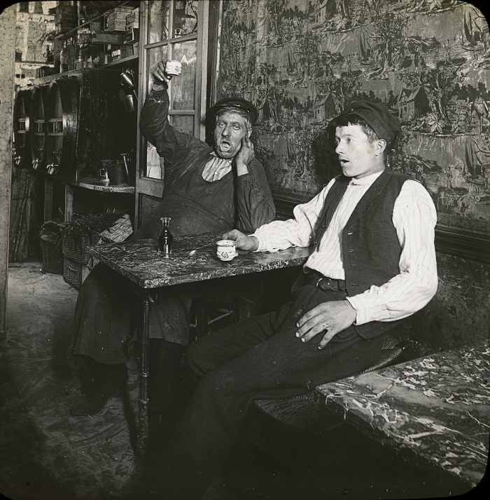« Scène de cabaret », photographie tirée d'une série de clichés à visée éducative, plaque de projection, vers 1900-1910 Musée Historique Lausanne